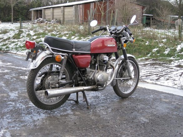 Honda CB200 de classic-motorcycle.be avant